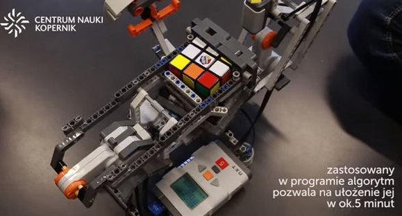 Robot układa kostkę rubika