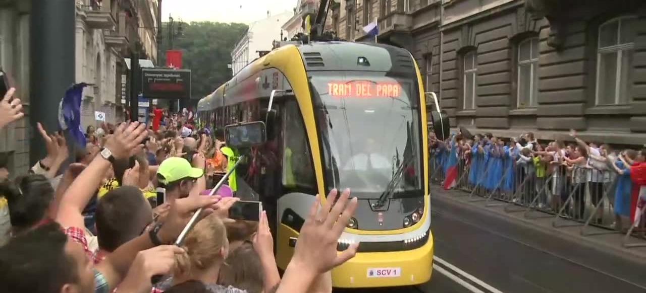 Papież przejechał na krakowskie Błonia tramwajem